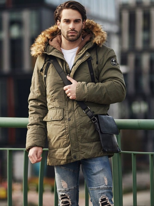 Styling Nr. 368 - Umhängetasche, Winterjacke Parka, Aufknöpfbarer Pullover, T-Shirt Basic, Jeans Jogger